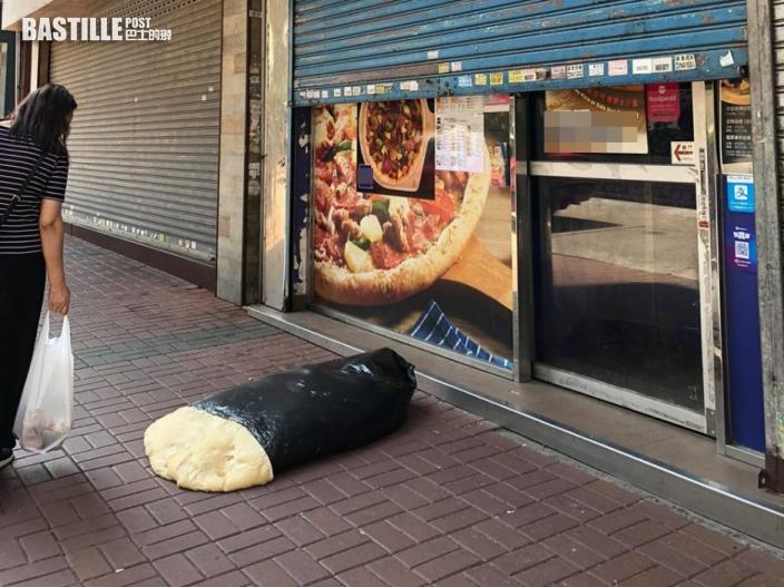 【Juicy叮】連鎖薄餅店麵團外露放街邊似巨形壽司 網民批不衛生:肯定照用