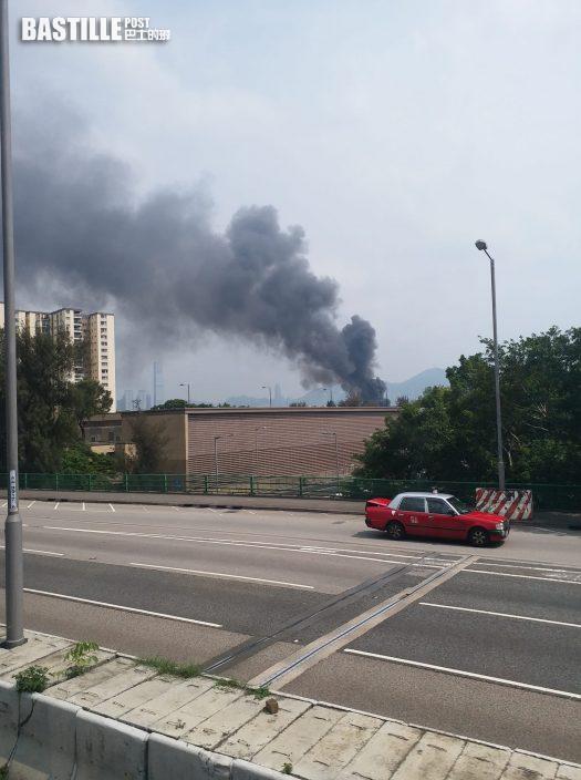 葵涌貨櫃場雜物起火 火光熊熊濃煙捲半空