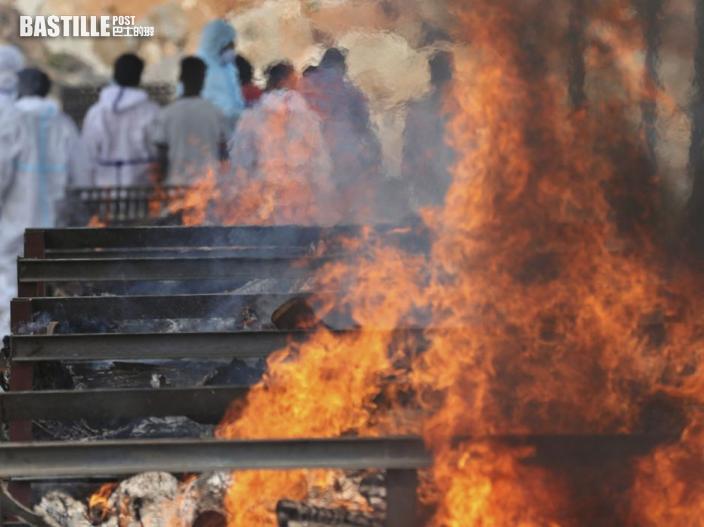 印度老翁染疫去世遺體火化時女兒跳進火堆 致全身七成燒傷