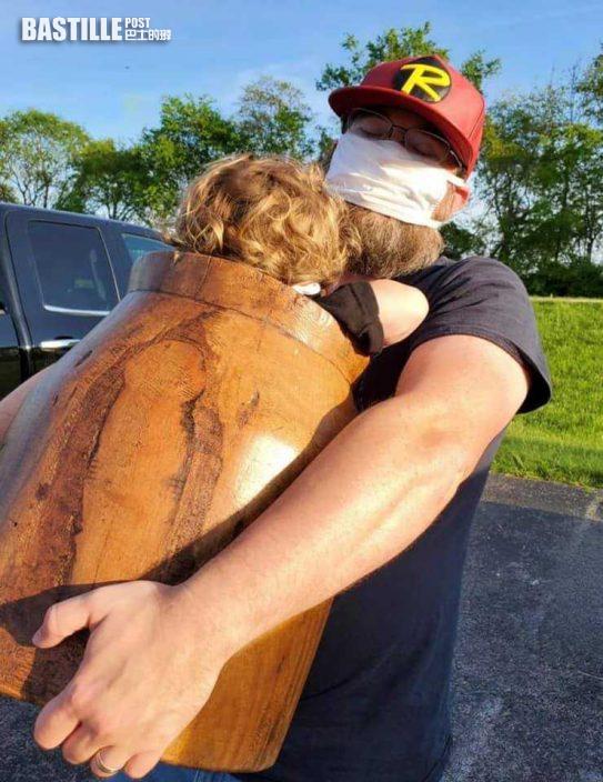 美2歲男童貪玩爬進木桶被卡住 「連人帶桶」到醫院求醫