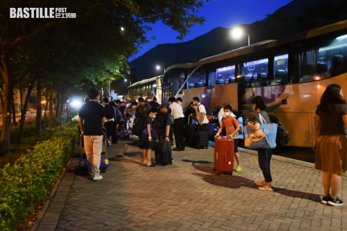 映灣園居民結束隔離陸續回家 批評政府安排混亂
