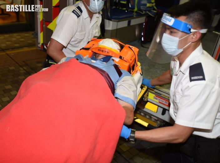 沙田廢物站垃圾車疑無收車斗致撞物傾側 司機一度被困