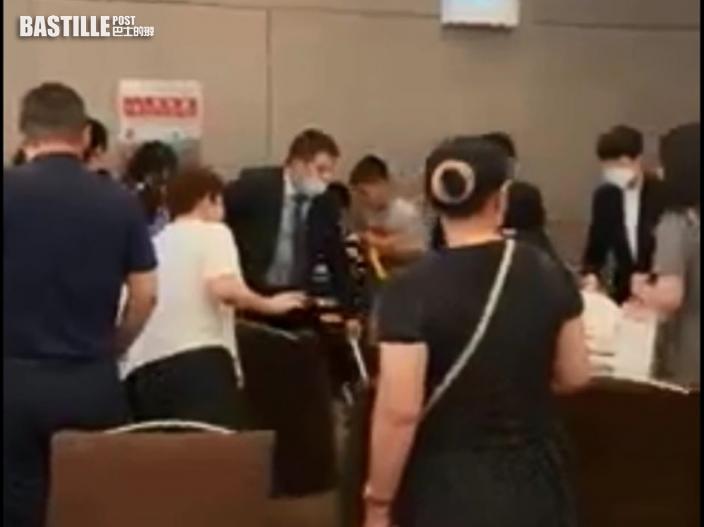 【Juicy叮】網傳十人酒樓展開罵戰婦人互扯頭髮 網民暗諷「武親節」