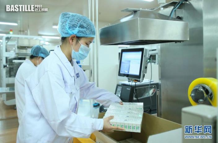 5月31日,工作人員在國葯集團中國生物北京生物製品研究所新冠疫苗包裝車間內工作。nn  當日,國葯集團中國生物北京生物製品研究所首批供應COVAX(新冠肺炎疫苗實施計劃)的新冠疫苗下線,這也是首批供應COVAX的中國新冠疫苗。納入COVAX的疫苗將作為全球公共產品,為實現疫苗的可及性和可負擔性做出中國貢獻。nn  新華社發
