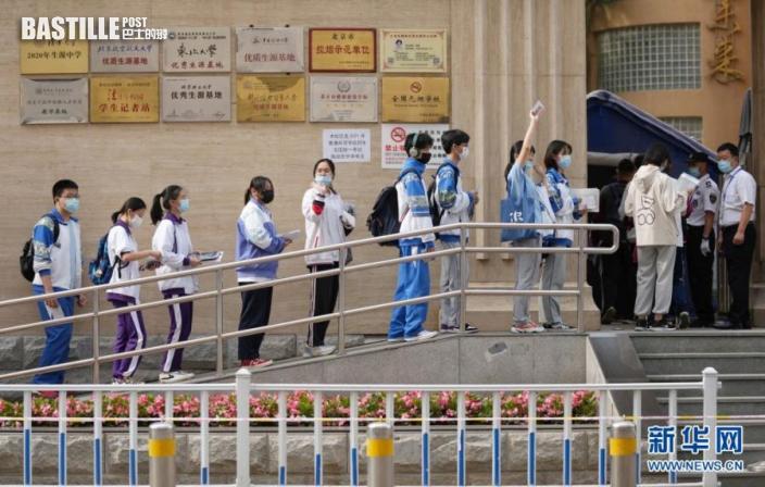 6月7日,考生在北京市陳經綸中學排隊進入考場。nn  當日,2021年高考拉開帷幕。nn  新華社記者 鞠煥宗 攝