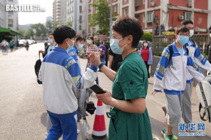 6月7日,在北京市陳經綸中學考點,送考老師與考生擊掌。nn  當日,2021年高考拉開帷幕。nn  新華社記者 鞠煥宗 攝