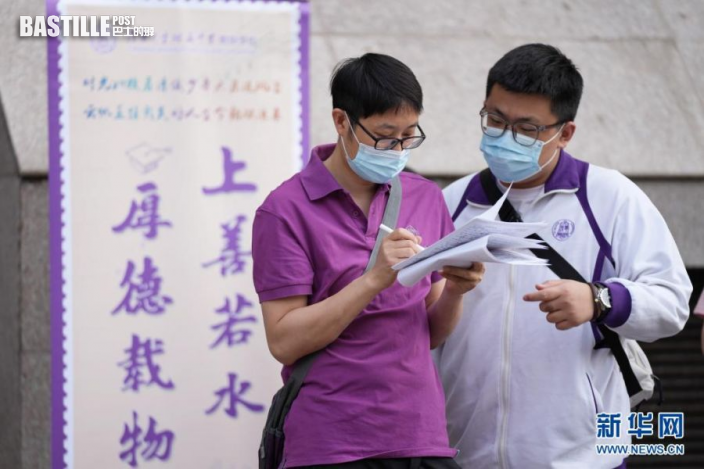 6月7日,在北京市陳經綸中學考點,一位考生(右)在考前與送考老師交流。nn  當日,2021年高考拉開帷幕。nn  新華社記者 鞠煥宗 攝