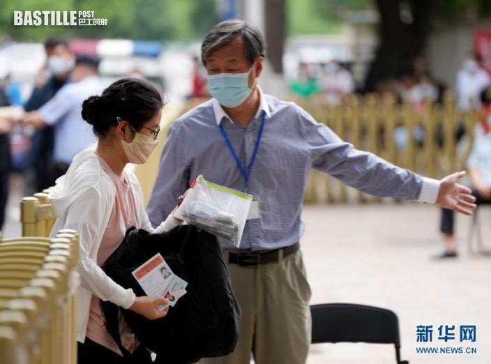6月7日,一名考生進入北京八中考點。nn  當日,2021年高考拉開帷幕。nn  新華社記者 李賀 攝