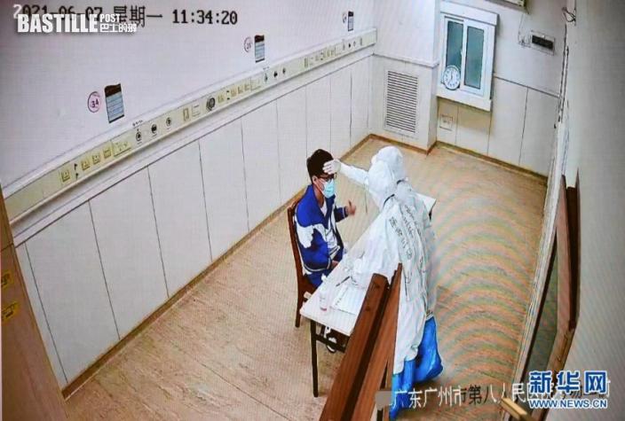 6月7日,廣東省國家教育考試指揮中心的監控畫面顯示,上午語文考試結束後,廣州市八醫院嘉禾院區醫護人員對隔離病房考生的試卷、答題卡、稿紙等用品進行消毒時,用手背為考生腦門探熱。新華社記者 劉大偉 攝