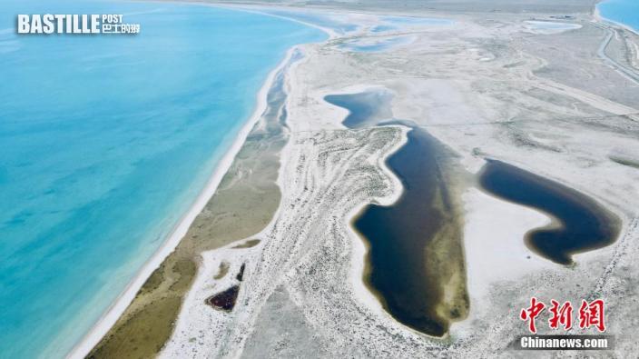 6月7日,航拍青海湖二郎劍景區一角碧波蕩漾,風景如畫。(無人機照片) 中新社記者 李江寧 攝