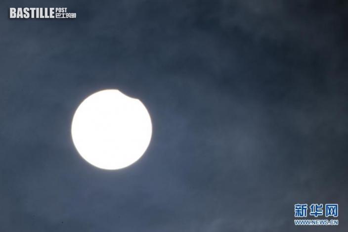 這是6月10日在比利時布魯塞爾拍攝的日偏食景象。