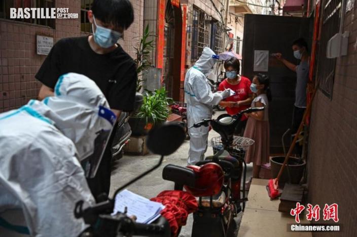 6月10日,廣東廣州市番禺區,工作人員在大石街大興村內對村民進行健康篩查登記。 中新社記者 陳驥旻 攝