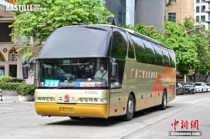 6月10日,廣東廣州市番禺區,大巴駛入大石街大興村轉移次密接者。 中新社記者 陳驥旻 攝