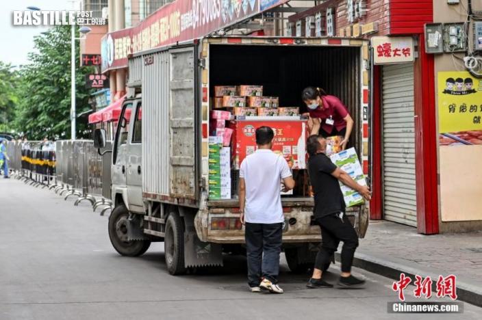 6月10日,廣東廣州市番禺區大石街大興村,工作人員搬運生活物資。 中新社記者 陳驥旻 攝
