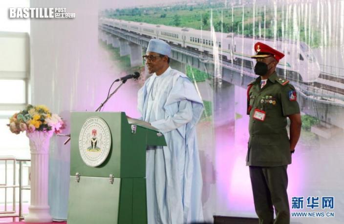 6月10日,奈及利亞總統布哈里在拉各斯的莫博拉吉·約翰遜火車站出席拉伊鐵路通車儀式並講話。新華社發(埃瑪·休斯敦攝)