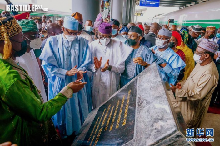 6月10日,奈及利亞總統布哈里(前排左三)在拉各斯的莫博拉吉·約翰遜火車站出席拉伊鐵路通車儀式並揭牌。新華社發(彼得·奧巴薩攝)