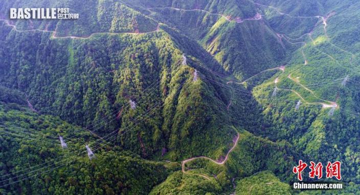 圖為6月10日拍攝的四川天全境內二郎山上崎嶇的老318公路。(無人機照片) 中新社記者 劉忠俊 攝