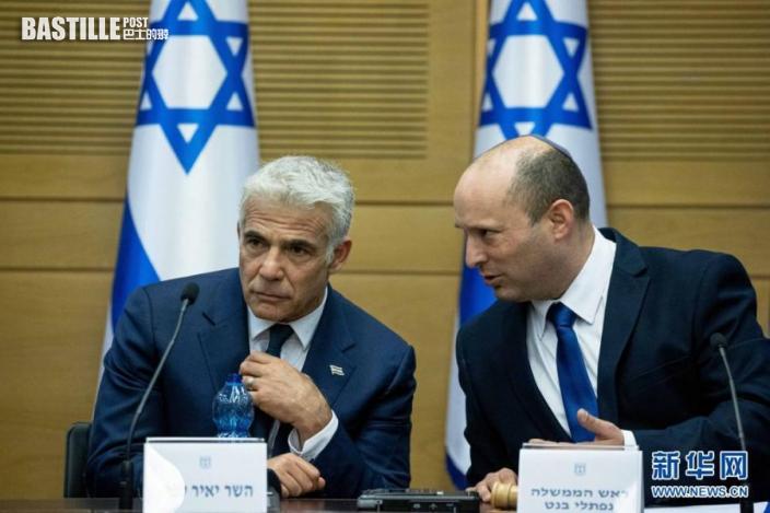 6月13日,以色列新任總理貝內特(右)和候補總理兼外交部長拉皮德在耶路撒冷參加新一屆政府第一次內閣會議。nn  以色列新一屆政府13日晚宣誓就職,統一右翼聯盟領導人納夫塔利·貝內特出任總理。新政府包括中左翼政黨「擁有未來」黨、統一右翼聯盟、中間黨派藍白黨、聯合阿拉伯黨等8個政黨,這是以色列歷史上首個有阿拉伯政党參加的政府,也結束了右翼政黨利庫德集團領導人內塔尼亞胡連續12年的執政。nn  新華社基尼圖片社