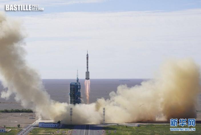 6月17日,搭載著神舟十二號載人飛船的長征二號F遙十二運載火箭在酒泉衛星發射中心點火升空。新華社記者 劉磊 攝