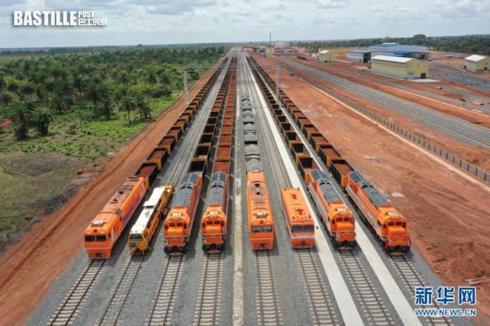 這是6月16日在幾內亞達比隆港拍攝的達聖鐵路。nn  中國鐵建承建的幾內亞達比隆港至聖圖礦區專用鐵路(達聖鐵路)16日正式建成通車。據介紹,達聖鐵路項目於2019年3月開工,鐵路長約125公里,設計時速80公里,完全使用中國標準、中國技術和中國設備。新華社發