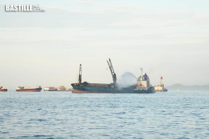 昂船洲躉船通宵燃燒仍未救熄 濃煙冒出影響近岸居民