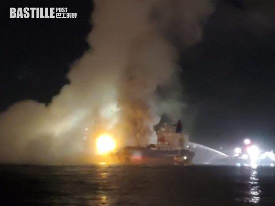 昂船洲躉船通宵燃燒未救熄 仍冒出濃煙影響近岸居民