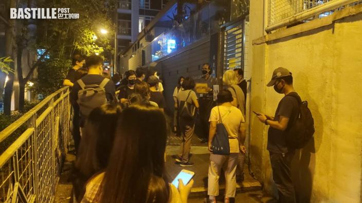 7教堂晚上辦追思彌撒警員到場 聖安德肋堂已滿額市民在外舉手機燈悼念