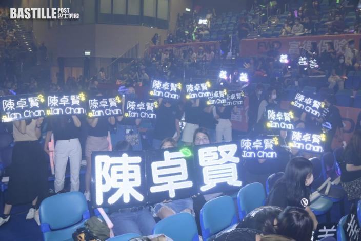 粉絲搶得門票舉燈牌打氣 姜濤小休首騷消瘦現身