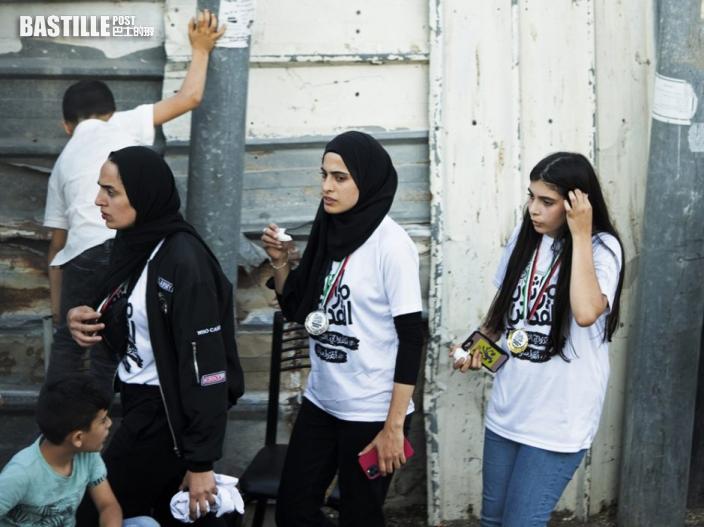 【以巴衝突】巴勒斯坦一對孿生兄妹被捕 支持者在警署外聚集抗議