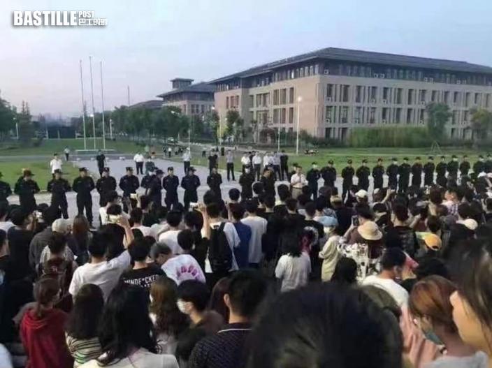反對兩學院合併 學生非法禁錮院長逾30小時與警爆衝突
