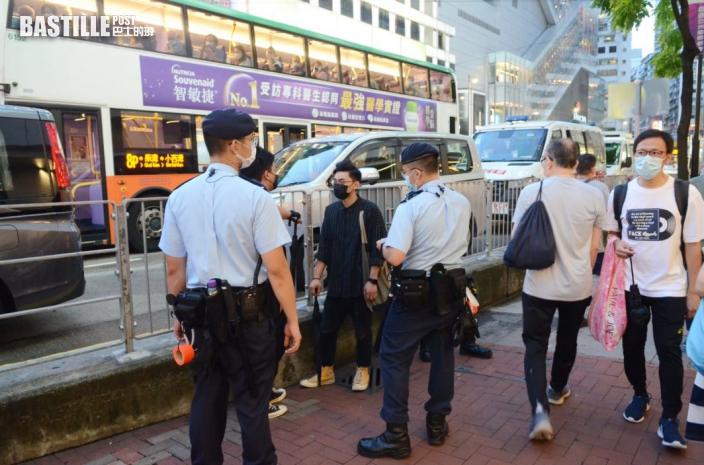 銅鑼灣氣氛平靜 警員搜查黑衣市民物品