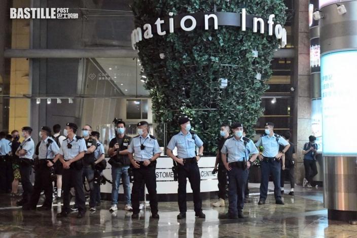 旺角有人群叫口號 警方進入朗豪坊商場拉起封鎖綫