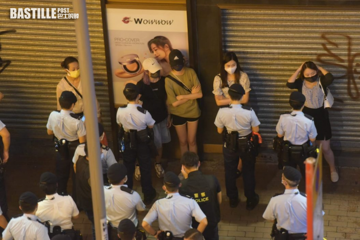 旺角有人群叫口號一男子被捕 警方入朗豪坊驅散指或違國安法