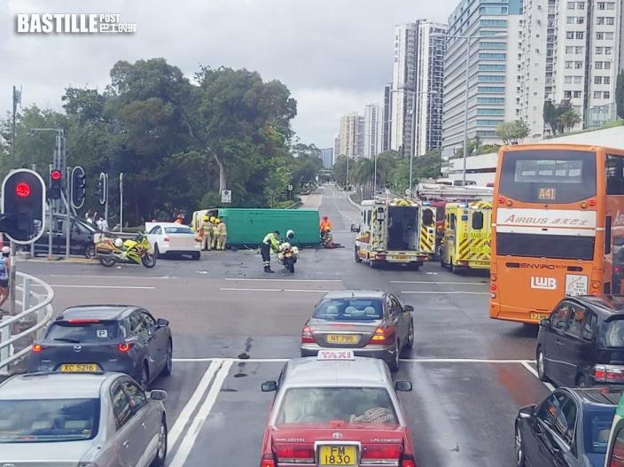 沙田大涌橋路小巴撞私家車後翻側 至少1死6傷