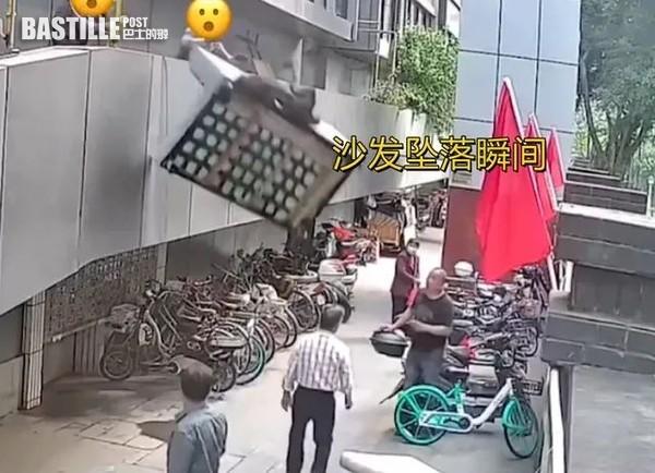 管理處職員偷懶2樓掟棄置梳化落街 砸中老翁賠1萬人仔