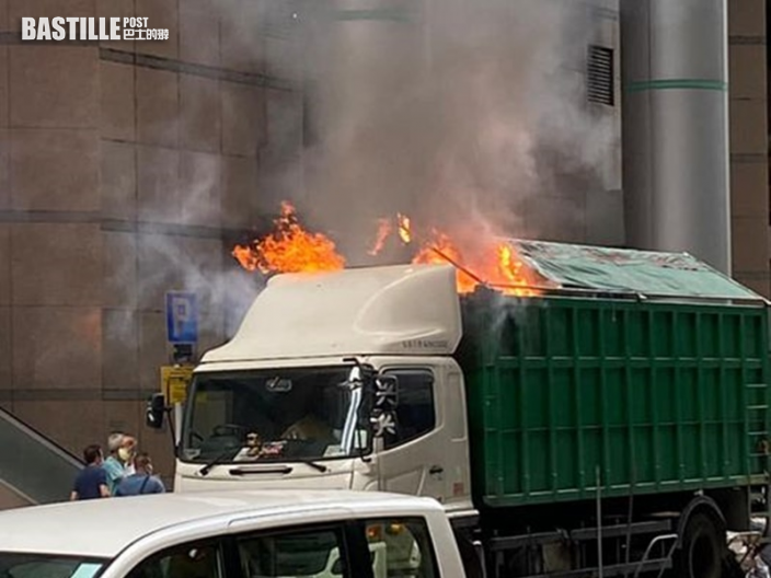 觀塘泊路邊貨車突起火 冒大量濃煙