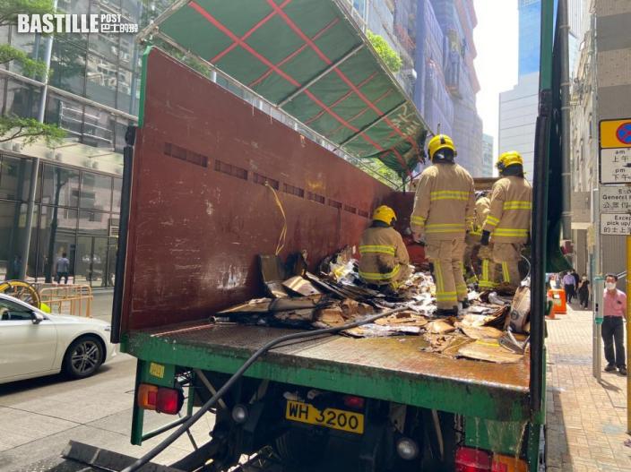 觀塘泊路邊貨車突起火 疑有人亂丟煙頭肇禍