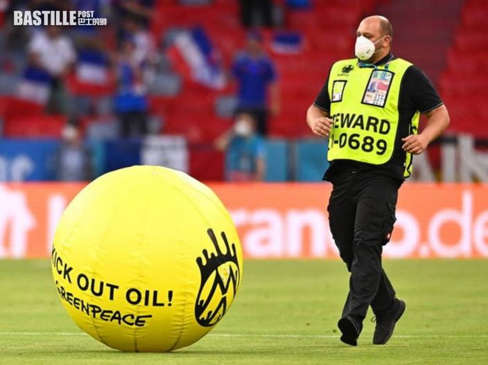 示威者滑翔傘迫降歐國盃大戰球場至少2人傷