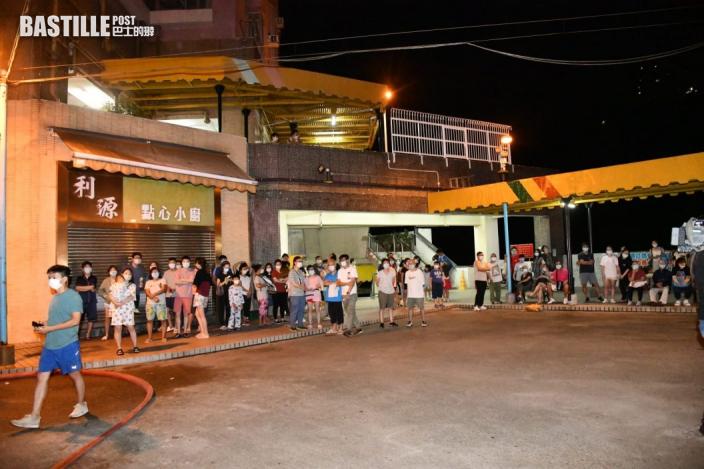 荃灣中心住宅疑抽濕機短路起火 逾百居民疏散無人傷