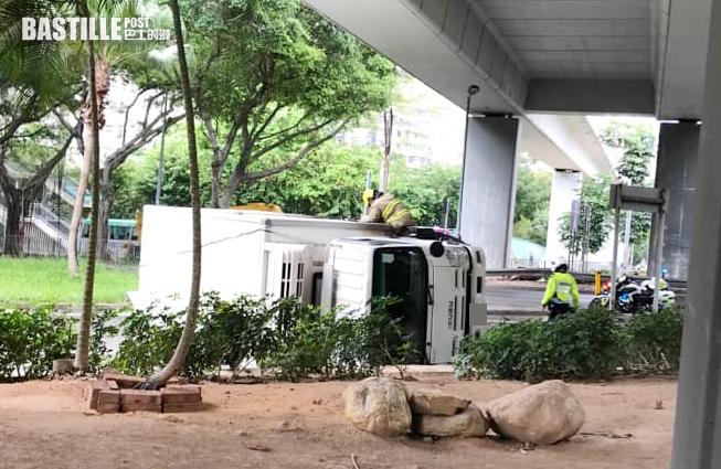 柴灣貨車疑失控翻側 司機一度被困
