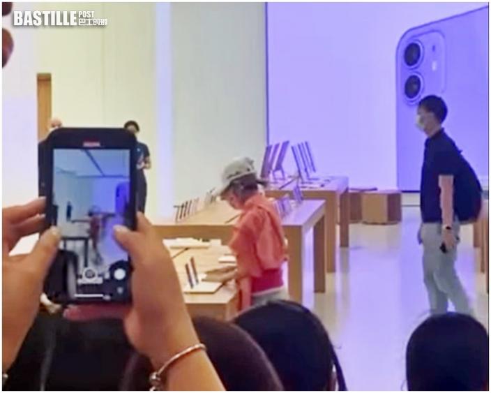 「勁揪」中年婦搗亂觀塘Apple Store 打傷職員被擒