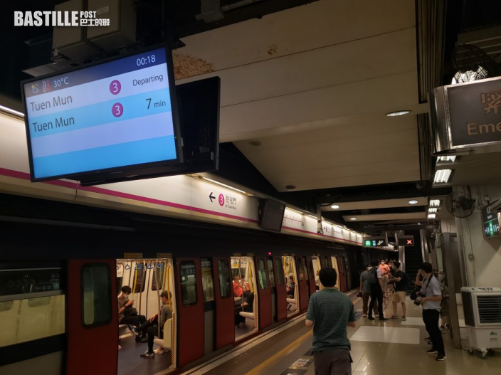 紅磡站西鐵綫舊月台退役 市民及鐵路迷拍照留念