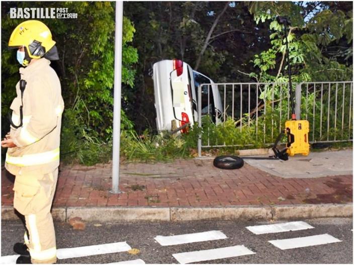寶馬薄扶林剷上行人路撞欄墮坡 26歲司機自行爬出