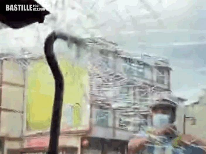 雲南女駕車載家人行駛高速公路 突有60厘米鋼筋刺進擋風玻璃