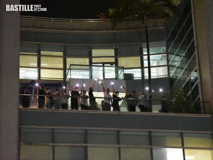 《蘋果日報》最後一個晚上 員工及支持者亮手機燈互相揮手