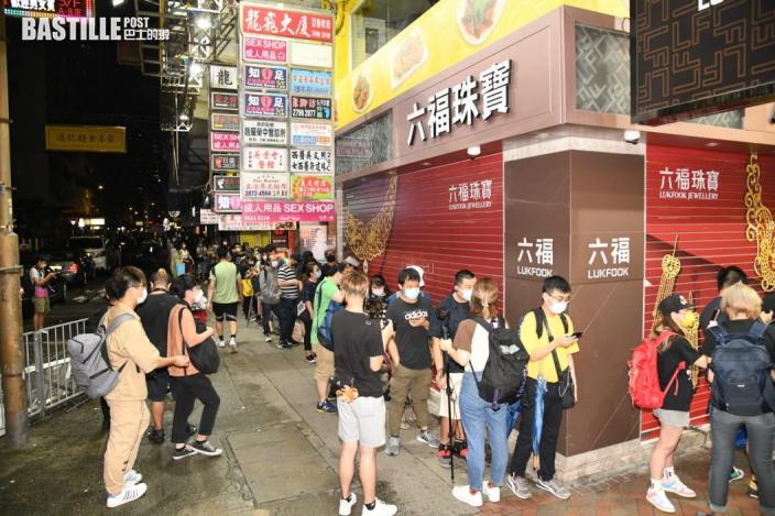最後一份《蘋果日報》出版 有市民深夜到旺角報攤等候購買