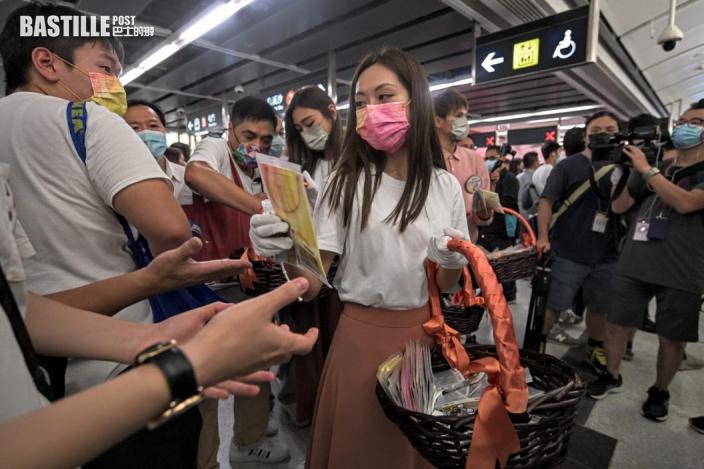 屯馬線全線通車 首批乘客獲贈限量版口罩
