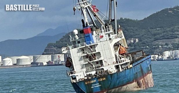 消防表示,船上廢料堆積如山,令水及泡沫不能直接到達火源,加上船上的抽水泵不能運作,起火的貨船呈15度傾側。(消防處提供圖片)