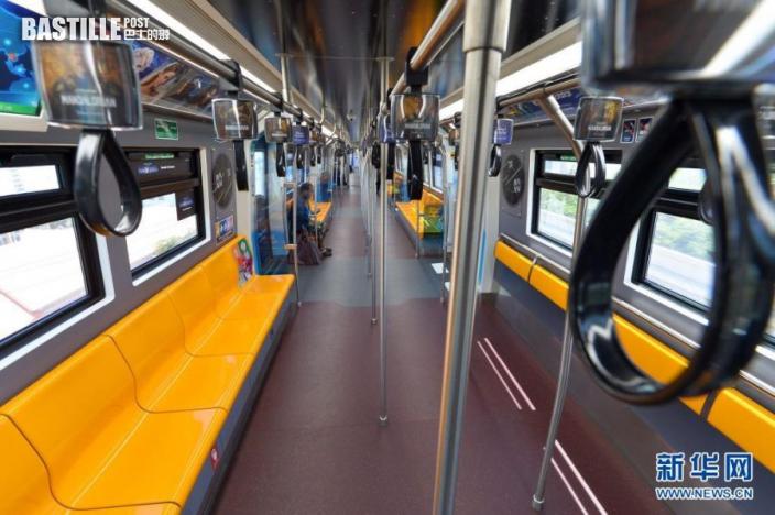 這是7月12日在泰國曼谷拍攝的乘客稀少的輕軌車廂。