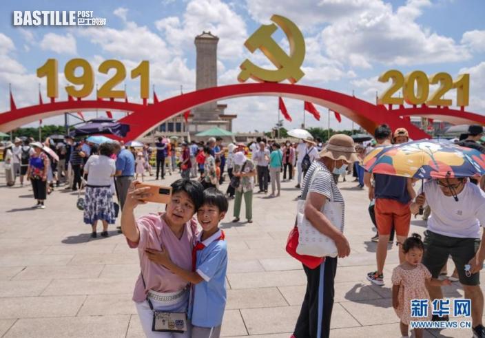 7月3日,遊客在北京天安門廣場拍照留念。新華社記者 彭子洋 攝